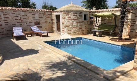 Pula, Medulin, prekrasna kuća sa bazenom, 100m2, mirna lokacija