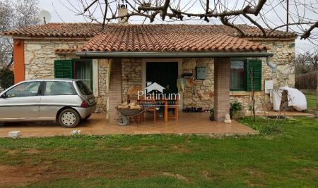 Istra, Pula, Valdebek, simpatična kuća na 1600 m2 građevinskog zemljišta