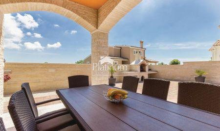 Istra, Pula, okolica novo uređena kuća 327m2 sa bazenom 30m2, NOVO!
