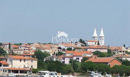 Istra, Medulin, građevinsko zemljište više stambene namjene, 951m2