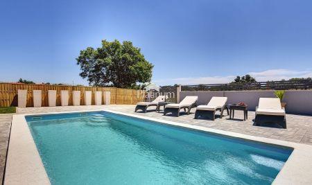 Istra, Duga uvala prekrasna kuća sa bazenom