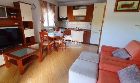 Fažana, Valbandon - apartman prizemlje 64m2; 2SS, terasa, vrt 35 m2, plin