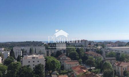 Istra, Pula, Veruda, stan u starijoj novogradnji, 90m2, djelomično renoviran