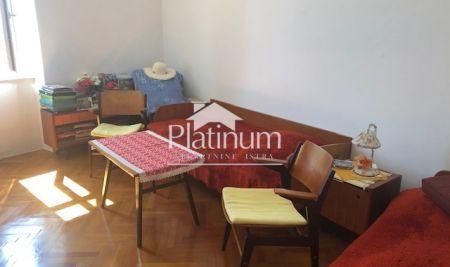Istra, Pula, Kaštanjer, stan u zgradi starije gradnje, 32m2, djelomično renoviran, blizina centra