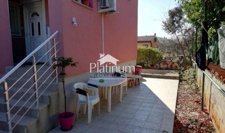 Istra, Fažana okolica, stan 50m2 sa 60m2 okućnice, mirna lokacija