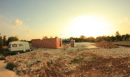 Svetvinčenat, Istra - građevinska parcela 1527m2 s projektom i komunalijama