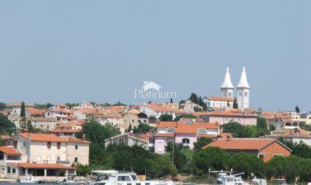 Istra, Medulin, građevinsko zemljište više stambene namjene, 556m2